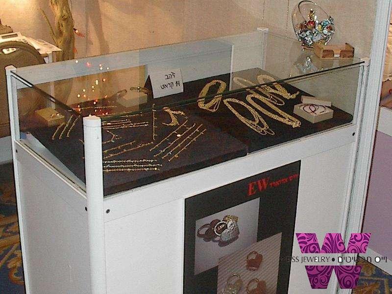 תכשיטי זהב 14 קראט מוצגים בויטרינה