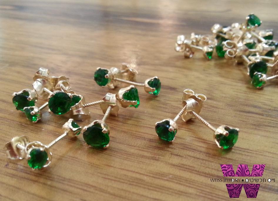 עגילי זהב עדינים צמודים אבן ירוקה