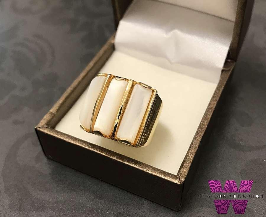 טבעת משובצת באבני אם הפנינה ציפוי זהב